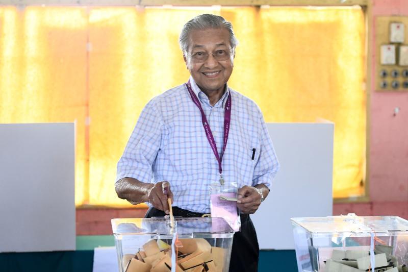 2018-05-08 mahathir vote AFP.jpg