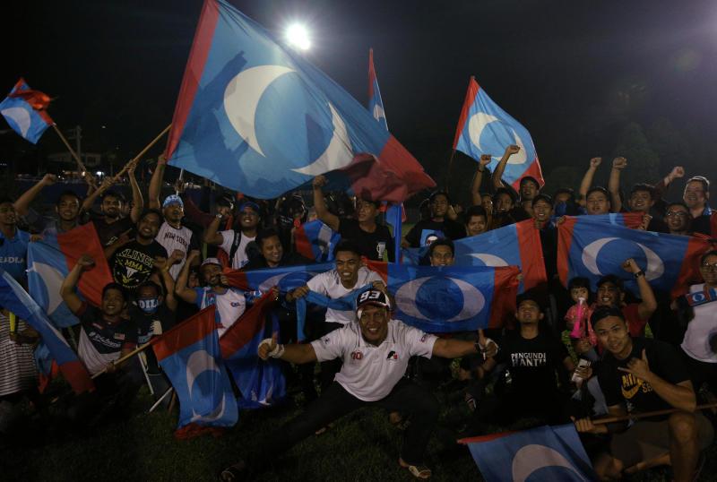 2018-05-10 mahathir supporters.jpg