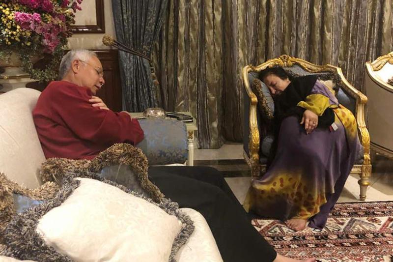 220518 najib and rosmah sleeping .jpg