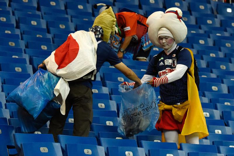 japan fans pick rubbish 2  afp.jpg