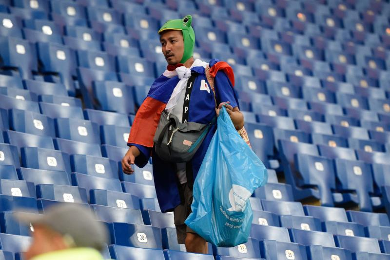 japan fans pick rubbish 3  afp.jpg
