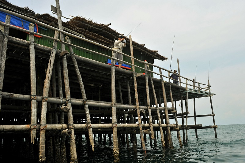 Fishing from Kelong.jpg