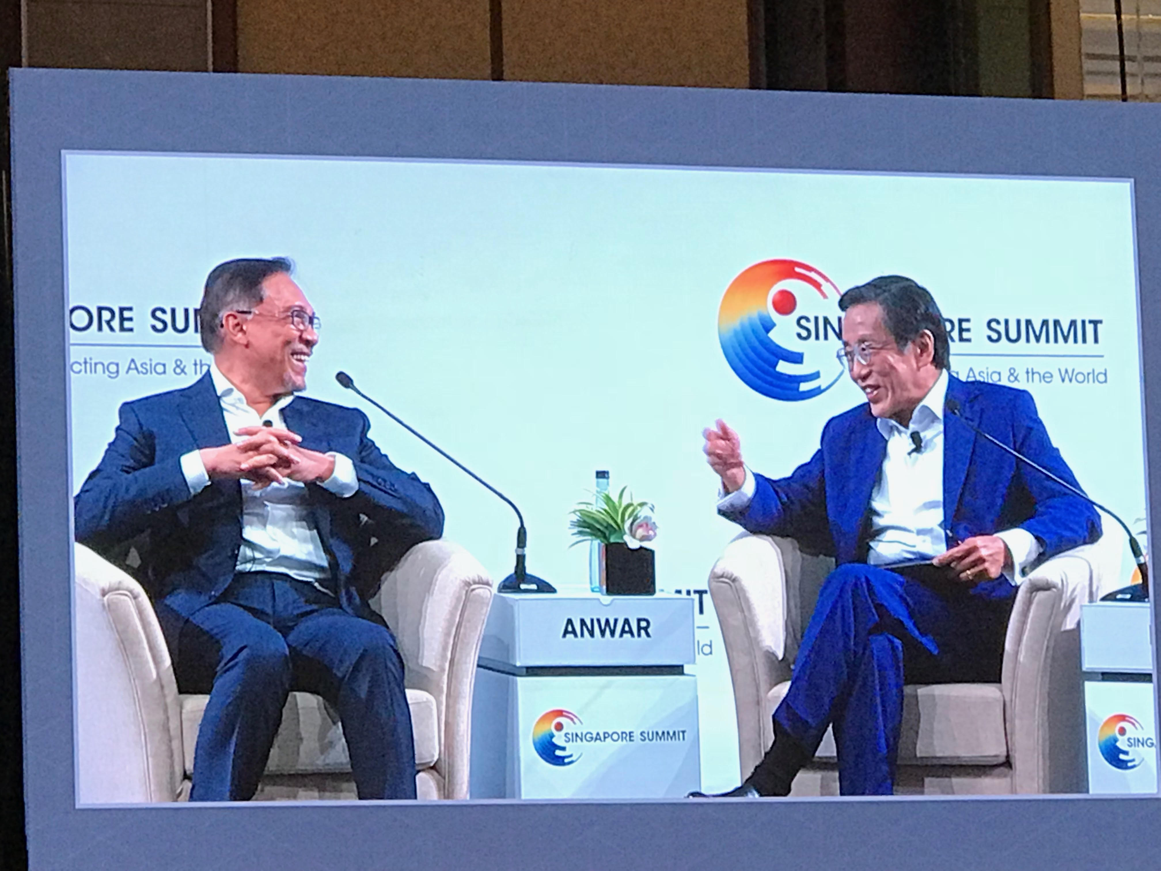 安华和何光平在新加坡峰会