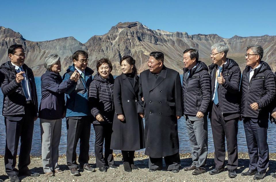 朝鲜最高领导人金正恩在白头山天池学韩国明星比心(heart fingers)