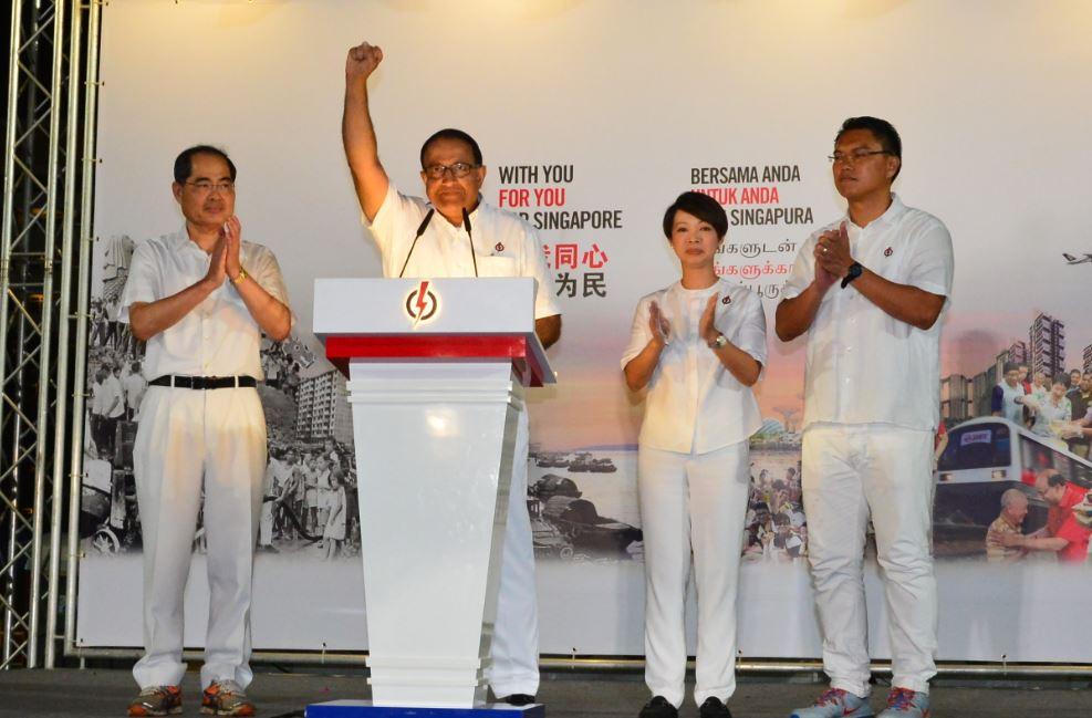 新加坡前总统选举参选人陈清木医生与建国总理李光耀次子李显扬在西海岸熟食中心共进早餐