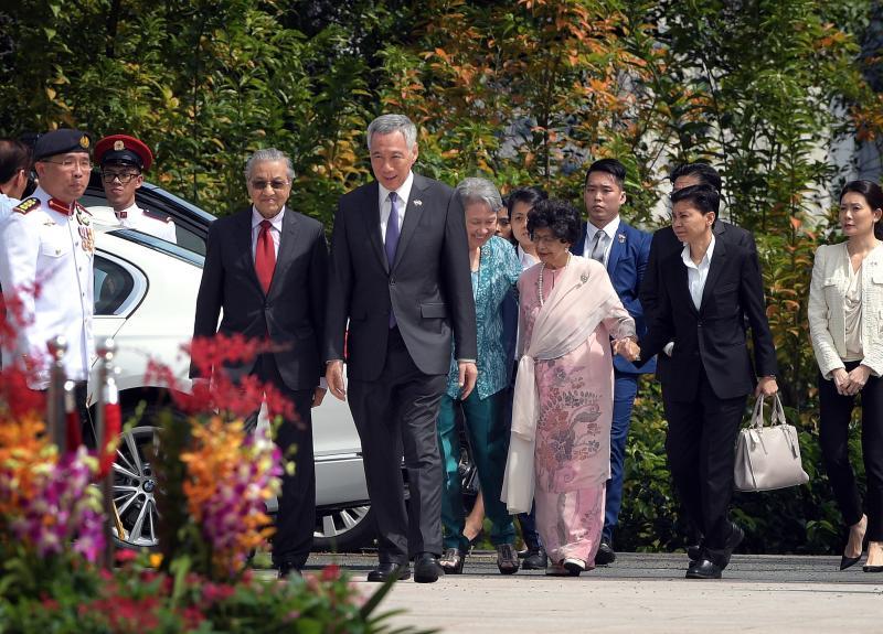 20181112 mahathir and PM walking.jpg