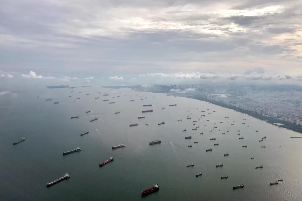 我国交通部长许文远今天傍晚召开记者会宣布,新加坡即日起扩大大士附近的新加坡港口海域界限