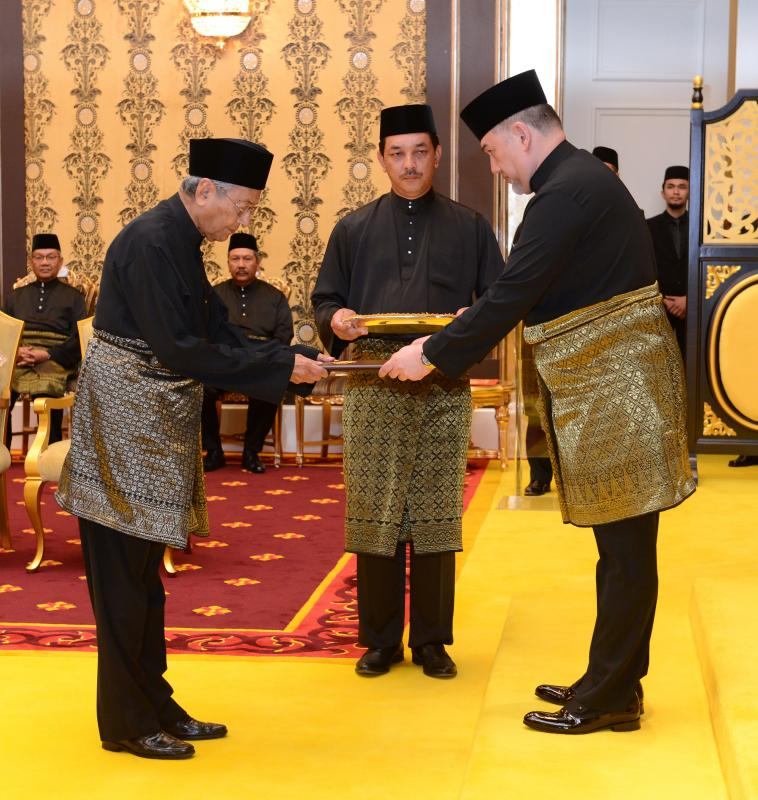 Mahathir sworn in.jpg
