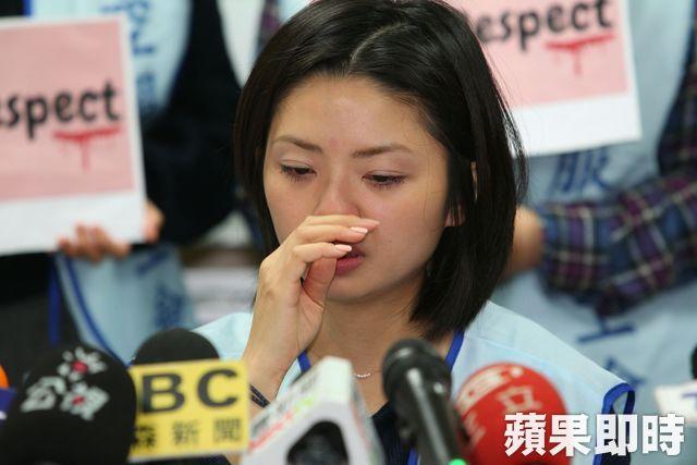 受害的郭姓空姐叙述起当时的细节,不禁哽咽流泪。(苹果日报)