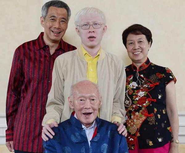 20190325 Liyipeng with parents and LKY internet.jpg