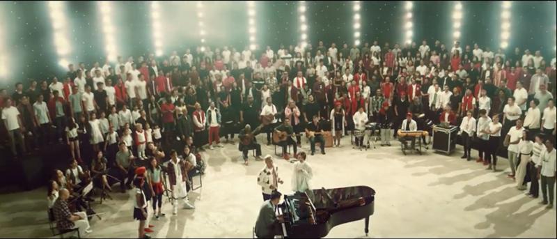 300人花12小时录制MV。