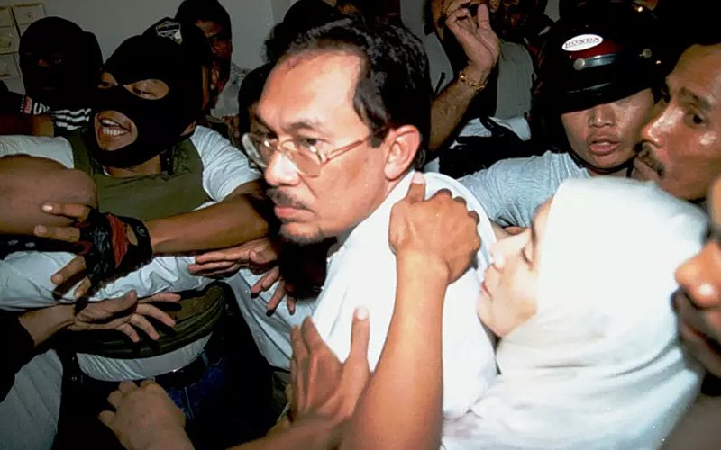 anwar-ibrahim-arrested-20sept1998-ap-11.jpg