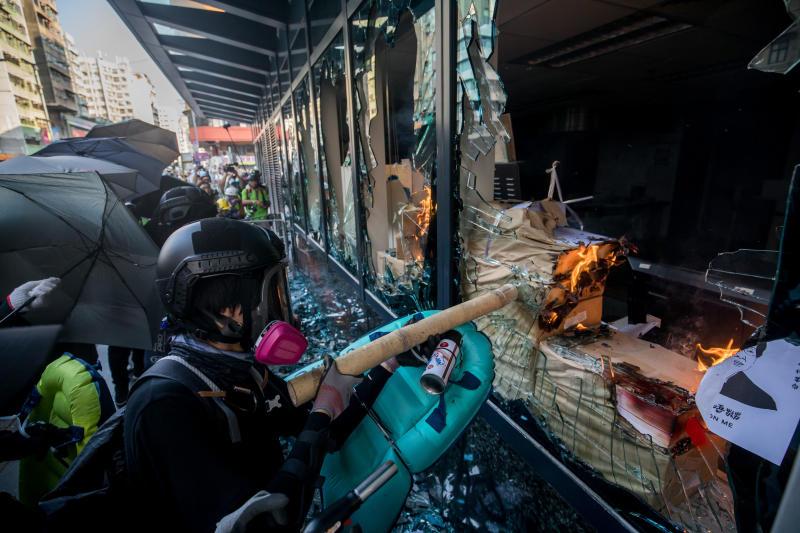 20191002-protestors vandalising (Bloomberg).jpg