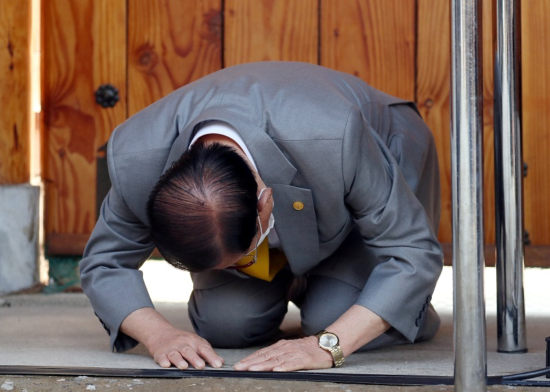 20200303-lee man hee kneel.jpg