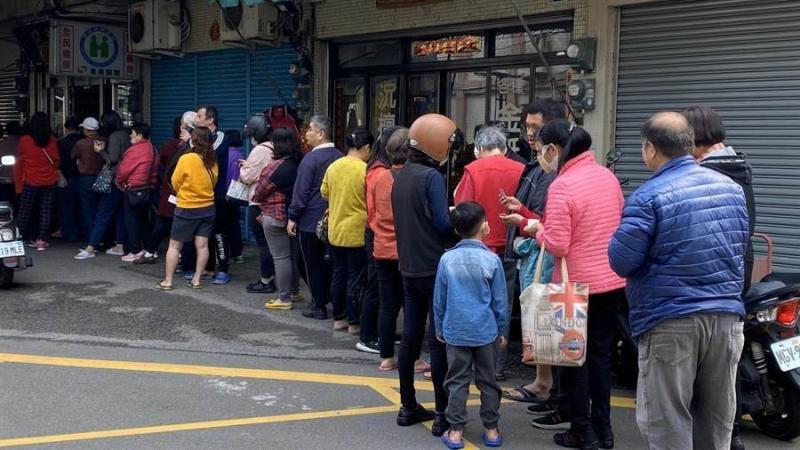 20200413-taiwanese queuing to buy masks.jpg