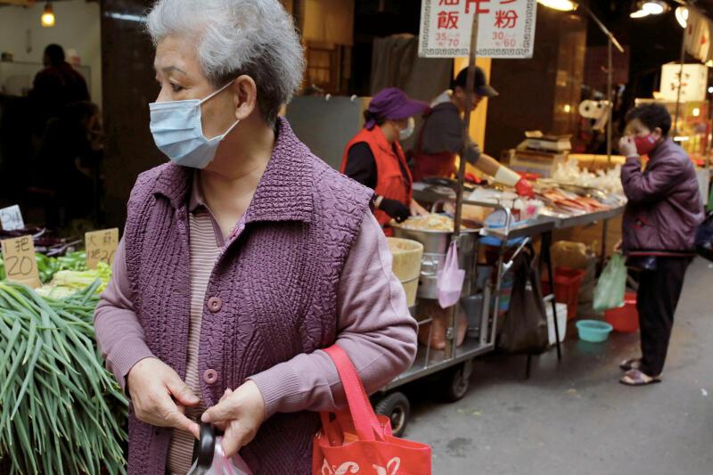 20200423-taiwan wear mask reuters.jpg