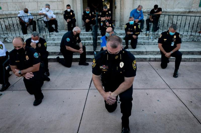 20200602 officer kneel down.jpg