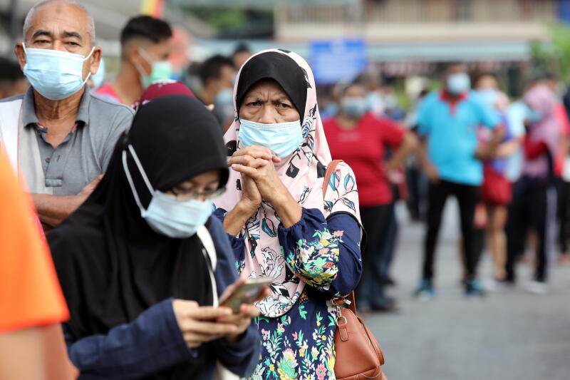20201217 -  (Reu) People wait in line to be tested for the coronavirus disease (COVID-19) at a testing station in Klang, Malaysia.jpg