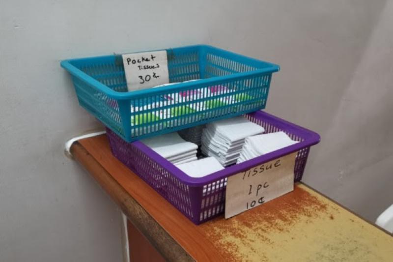20210315-toilet-entrance-selling-tissues.jpg