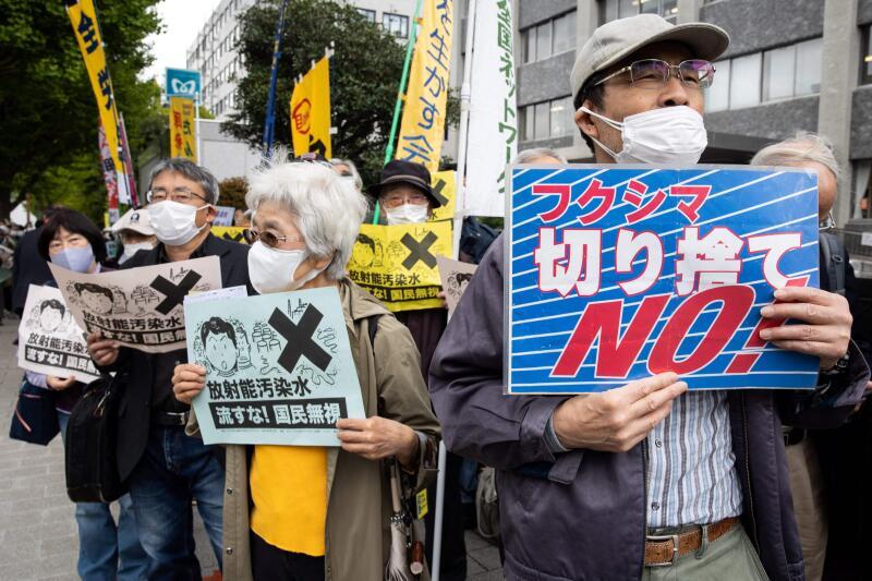 20210413 - 4月13日,日本民众聚集在东京首相办公室外,集团反对排放核废水决定。(法新社).jpg