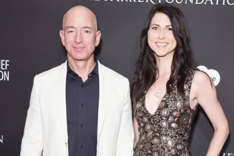 20210505 Jeff Bezo and Wife.jpg