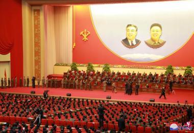 金正恩为朝鲜火星-15洲际弹道导弹的成功试射做出贡献的工作人员颁发奖章。(路透社)