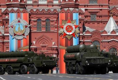 俄罗斯今年5月在二战结束纪念日庆祝活动上展示S-400防空导弹。(路透社)