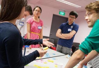 不少新加坡学生在思考创业时,多想的是这个主意有什么弊病,很多时候主意就扼杀于摇篮之中。但是大陆学生会想的是,我们做,一边做一边解决问题。(国大企业机构)