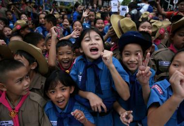 """学生们聚集在获救""""野猪""""足球队师生接受治疗的清莱Prachanukroh医院外庆祝"""