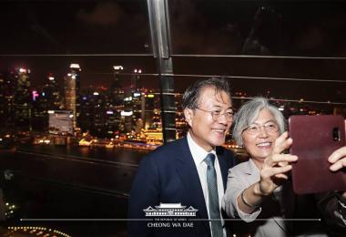 韩国总统文在寅与和外长康京和文在金沙空中花园观景台玩自拍。