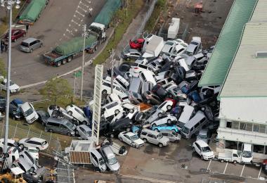 日本台风飞燕吹汽车