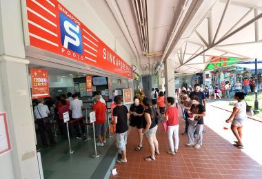 新加坡博彩公司投注站大排长龙