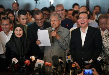 今年5月大选后,马来西亚新首相及希望联盟总主席马哈迪与旺阿兹莎及林冠英出席记者会。