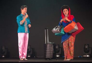 """知名剧场演员王爱仁(Ivan Heng)扮演""""晶"""",Siti Khalijah Zainal饰演罗斯玛,两人一唱一和,针贬时政,辛辣幽默。"""