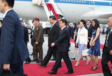 新中建交25周年,中国国家主席习近平于2015年11月6日抵达新加坡进行国事访问。习近平主席(红地毯上者左一),由新加坡财政部长王瑞杰(左二)以侍从部长的身份负责接机。习近平夫人彭丽媛(右二)则由王瑞杰夫人章慧霓(右一)陪同。
