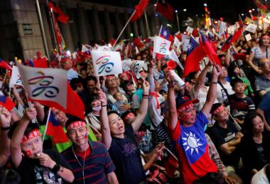 台湾在野党国民党籍的高雄市长参选人韩国瑜胜选之后,支持者热烈欢呼。(路透社)