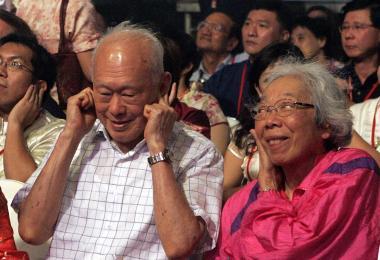 李光耀和夫人听放鞭炮