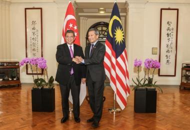 我国外交部长维文(右)和马来西亚外交部长塞富丁今早在我国会面。(新明日报)