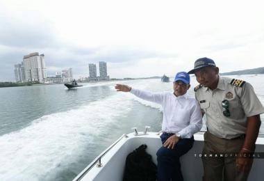 柔州大臣奥斯曼沙比安(左)昨天高调登上侵入新加坡领海的马国浮标船,还在面簿上载一系列巡视照片。