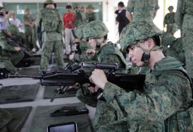 """军人操作着俗称自己""""老婆""""的SAR 21步枪"""