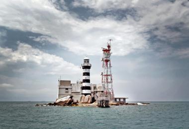 白礁坐落在樟宜以东约46公里的海域,国际法院在2008年裁决白礁主权属于新加坡,附近的中岩礁归马来西亚。