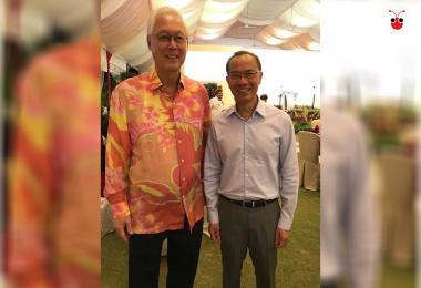 荣誉国务资政吴作栋(左)和前外交部长杨荣文昨晚在总理元宵节晚宴上合影。