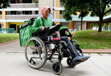 身患残疾的GrabFood送餐员苏迈雅(Sumaiyah binte Ghazali,40岁)