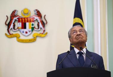 在周二(9日)新马非正式领导人峰会结束后的联席记者会上,马国首相马哈迪是觉得有点闷,还是仰头望屋顶陷入沉思中?