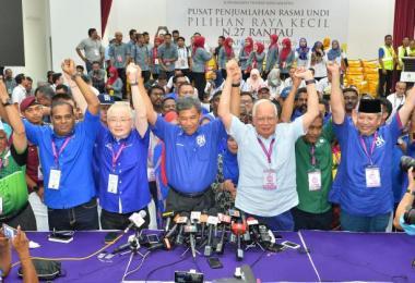 国阵在晏斗补选获胜,莫哈末哈山(中)与前首相纳吉(站者右三) 、马华总会长魏家祥(站者左三)等人高举双手庆祝。