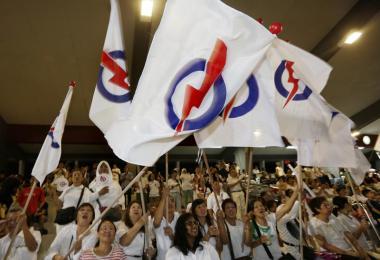 2015年新加坡大选,人民行动党支持者在大巴窑体育馆挥舞党旗。