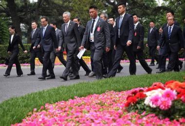 李显龙总理和中国总理李克强在钓鱼台国宾馆步行,准备走向午宴地点。