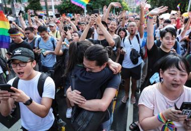 亚洲第一! 台湾通过同婚专法,挺同人士喜极而泣