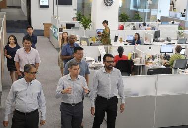 《海峡时报》总编辑华仁·费南德斯(中)接待毕丹星(右一)、贝理安(左一)和吴佩松(第二排右一)一行人,并带他们参观新闻室。(海峡时报)