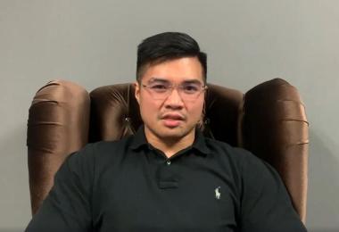 """马国原产业副部长的秘书哈兹阿兹(Haziq Aziz)今早发布视频声称,自己就是床上的男主角之一,还对片中""""疑似部长""""做出两项指控。"""